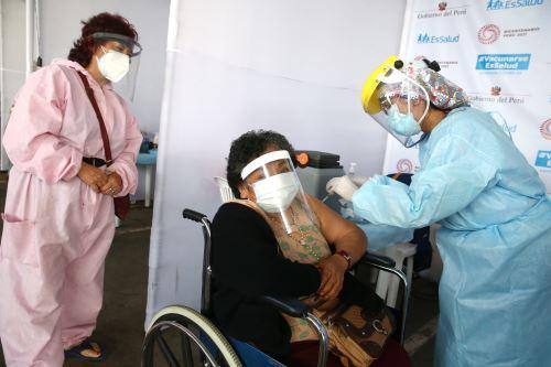 EsSalud : Programa de vacunación contra el covid-19 para adultos mayores de 80 años en Lima Norte