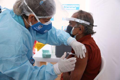 EsSalud: programa de vacunación contra el covid-19 en adultos mayores de 80 años en el  Callao