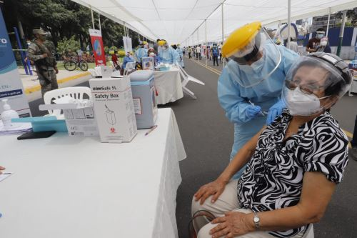 Presidenta del Consejo de Ministros junto al Ministro de Salud supervisan la nueva estrategia de vacunación contra la covid-19 en Campo de Marte
