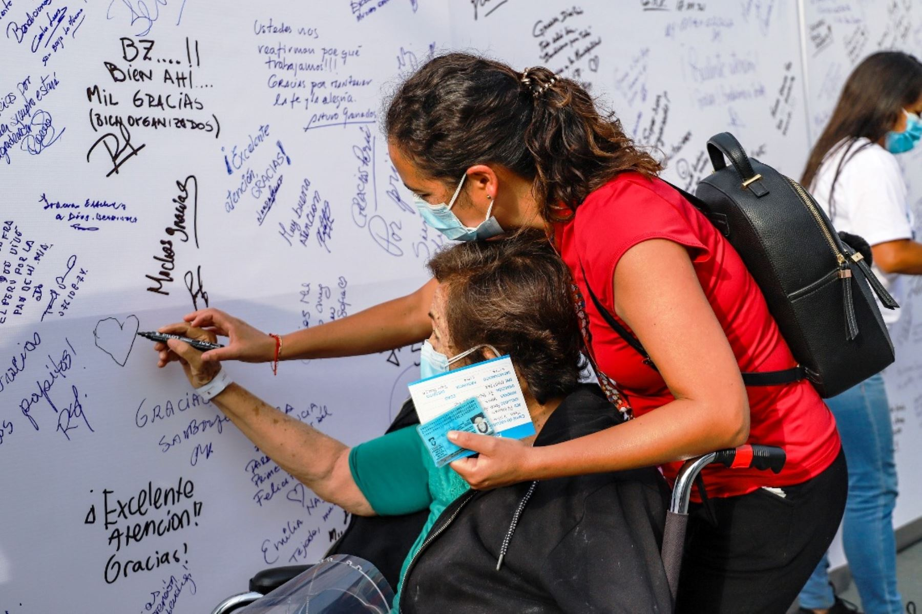 """San Borja: adultos mayores vacunados dejan sus mensajes en """"Mural de la esperanza"""". Foto: ANDINA/Difusión."""