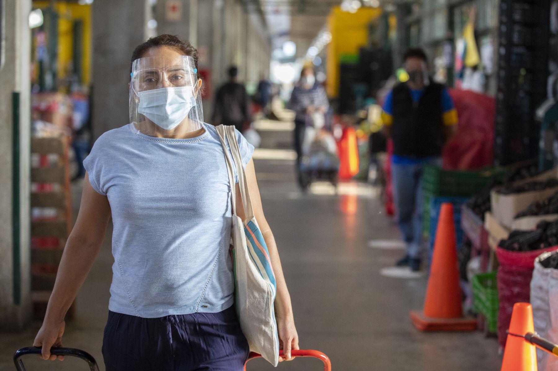 Conoce de la mano de un especialista cómo tomar las medidas correctas para desinfectar tu protector y continuar cuidándote del covid-19. Foto: MML.