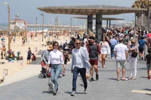Coronavirus: Israelíes transitan por las calles sin mascarilla tras exitosa campaña de vacunación