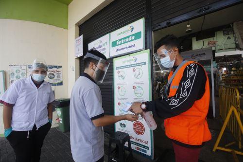 Uso de protectores faciales es obligatorio en mercados y centros comerciales