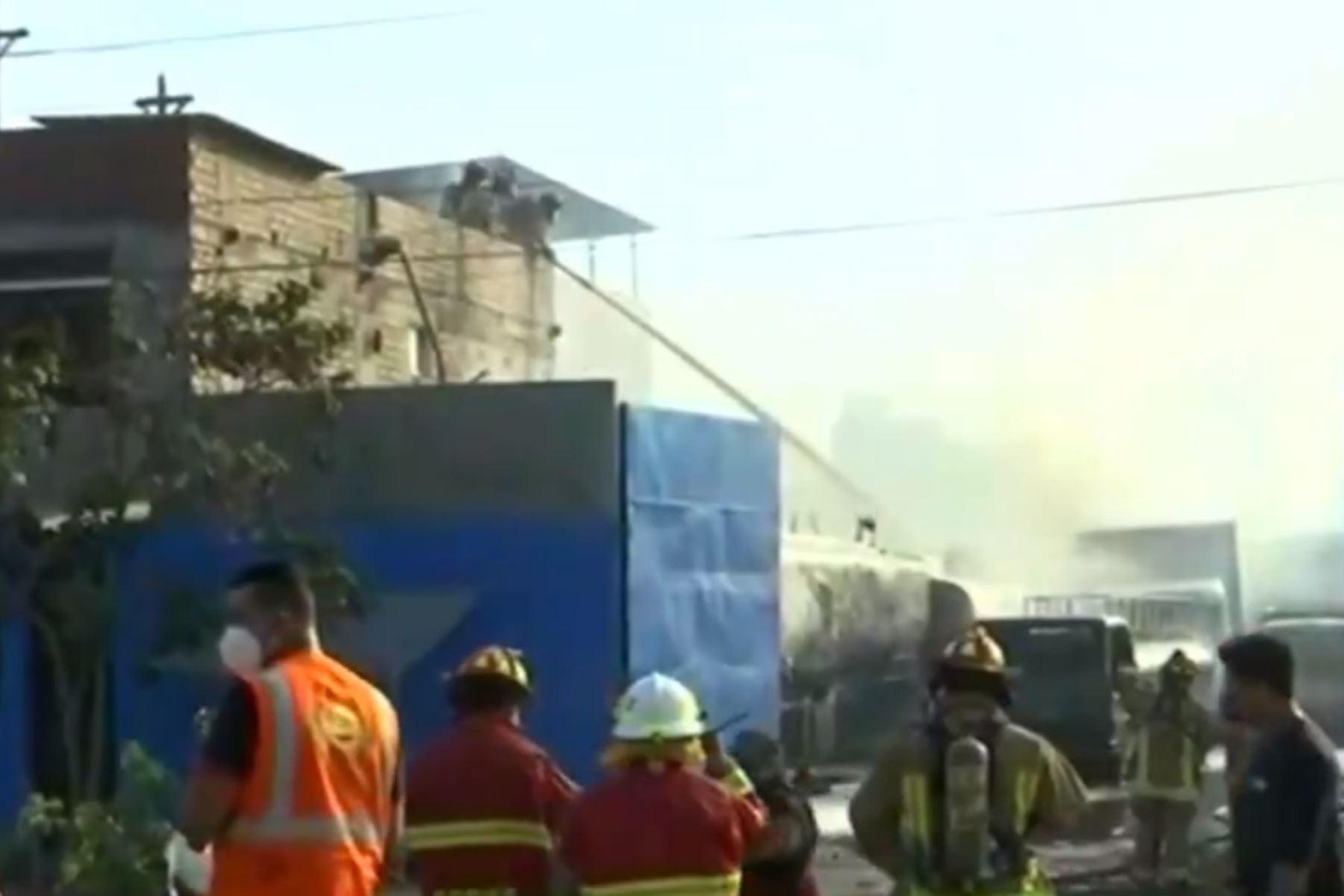 Incendio en San Juan de Miraflores es atendido por los bomberos