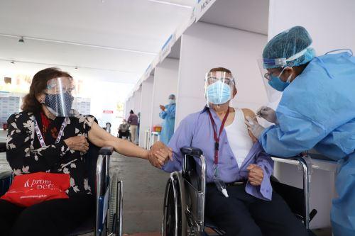 EsSalud continúa Jornada de Vacunación a Adultos Mayores