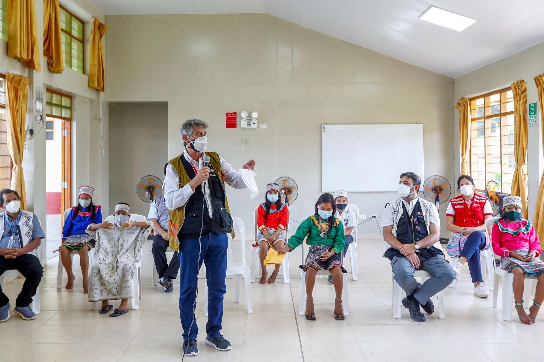 El presidente de la República, Francisco Sagasti, traslada hasta Pucallpa 21,990 dosis de la vacuna AstraZeneca para dar inicio a la inmunización de adultos mayores de la región Ucayali. Foto: ANDINA/ Prensa Presidencia