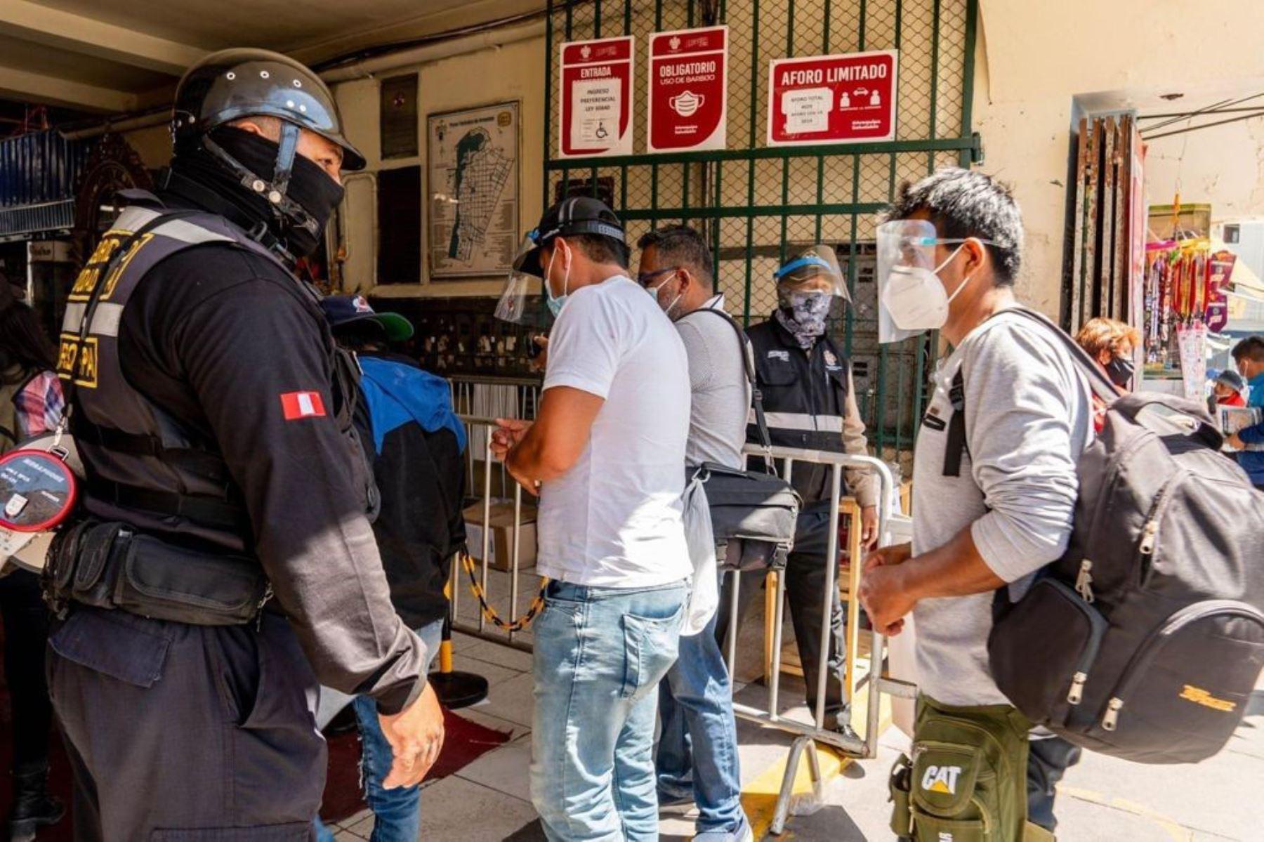 En las puertas de los mercados de Arequipa, personal municipal controla el uso de caretas  para prevenir contagios de covid-19. Foto: ANDINA/Difusión