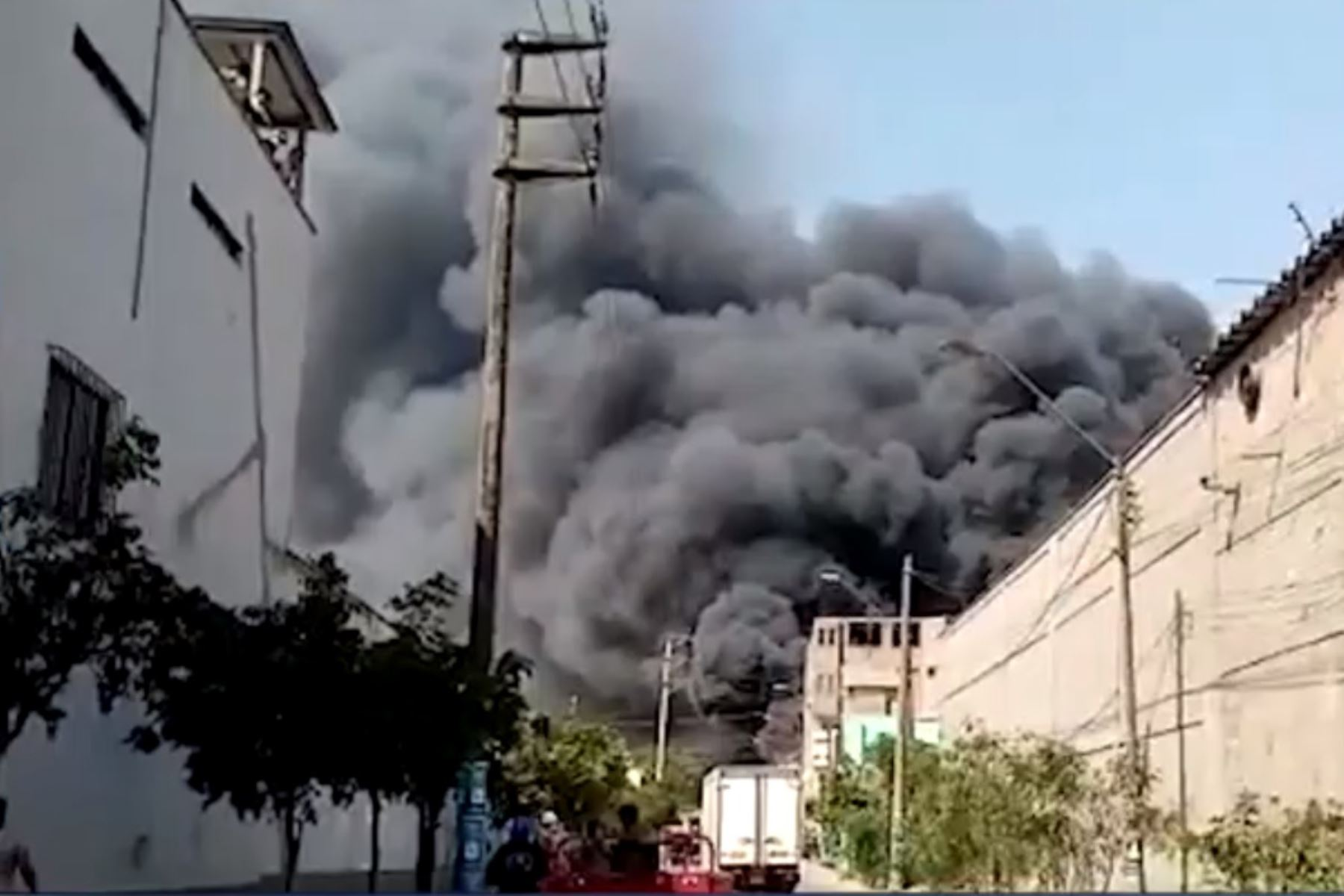 Huachipa: 17 unidades de los bomberos combaten incendio en fábrica de colchones. Foto: Captura TV