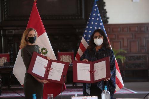 La presidenta del Consejo de Ministros, Violeta Bermúdez y la embajadora de Estados Unidos, Lisa Kenna, suscriben un memorándum de entendimiento