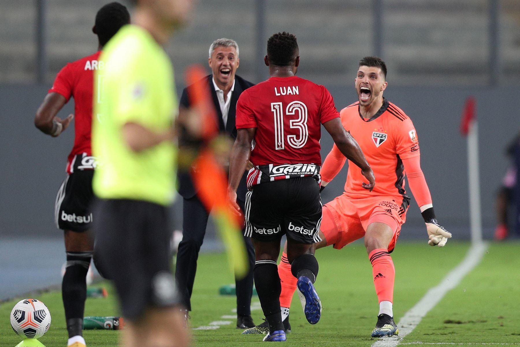 El jugador brasileño Sao Paulo, Luan Santos celebra tras anotar un gol contra el peruano Sporting Cristal durante el partido de la fase de grupos del torneo de fútbol Copa Libertadores en el Estadio Nacional de Lima. Foto: AFP