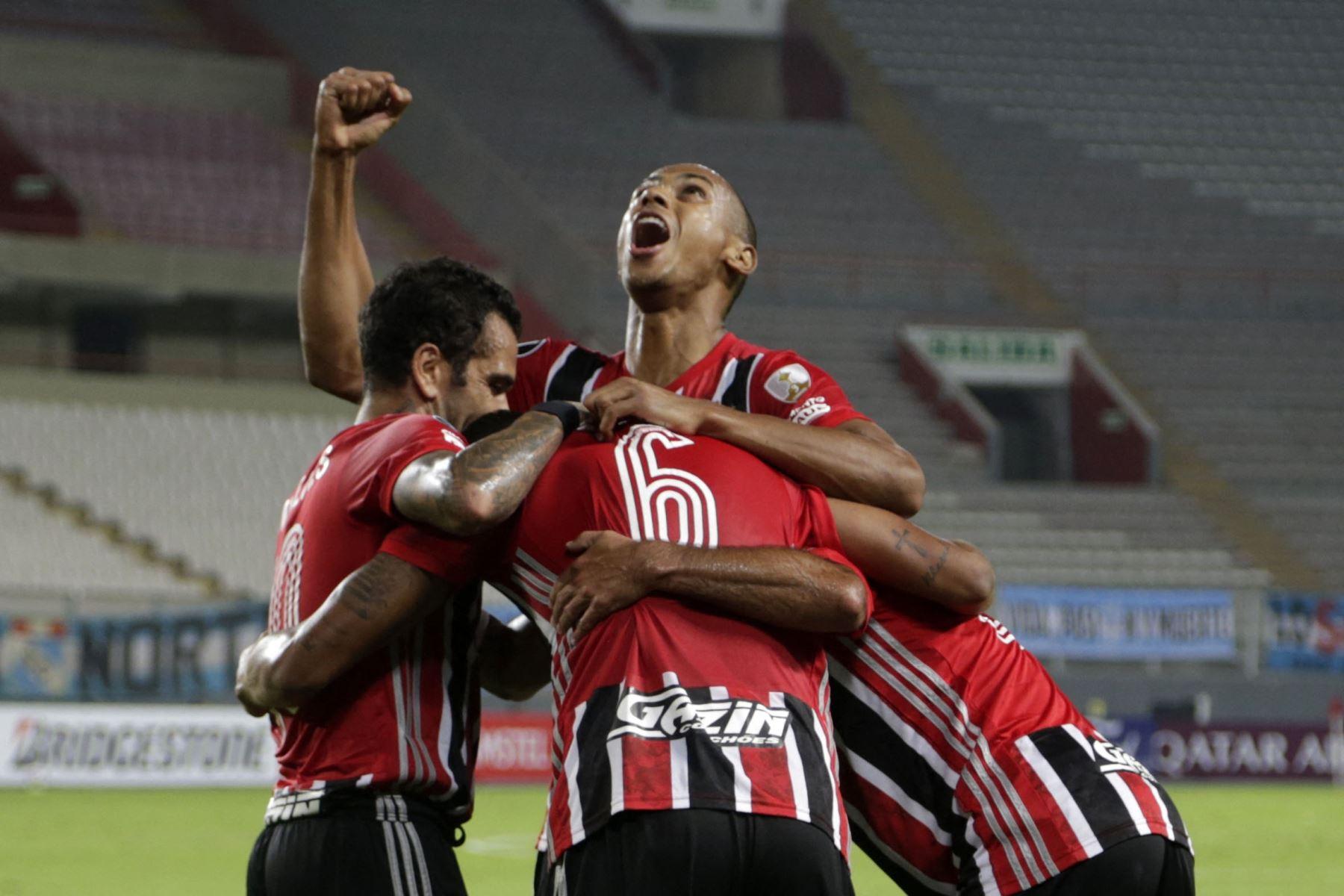 Los jugadores de Sao Paulo de Brasil celebran un gol durante el partido de la fase de grupos del torneo de fútbol Copa Libertadores entre el Sporting Cristal de Perú y el Sao Paulo de Brasil en el Estadio Nacional de Lima. Foto: AFP