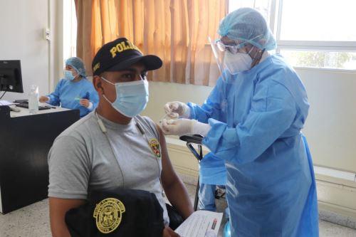 Continúa proceso de vacunación contra el covid- 19 a miembros de la Policía Nacional en Huánuco, Arequipa, Chimbote y La Libertad