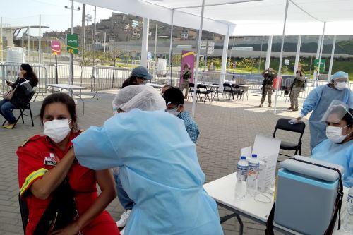 800 integrantes del Cuerpo General de Bomberos Voluntarios del Perú fueron vacunados contra el covid-19 en  Villa María del Triunfo