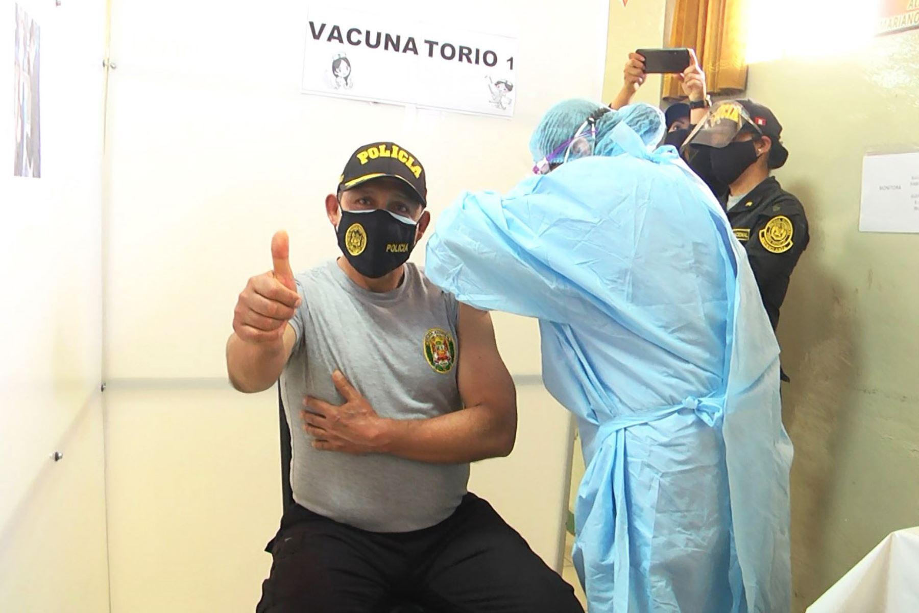 En total serán inoculados 3,510 oficiales y suboficiales de la PNP de Junín y Huancavelica durante dos días. Foto: ANDINA/Difusión