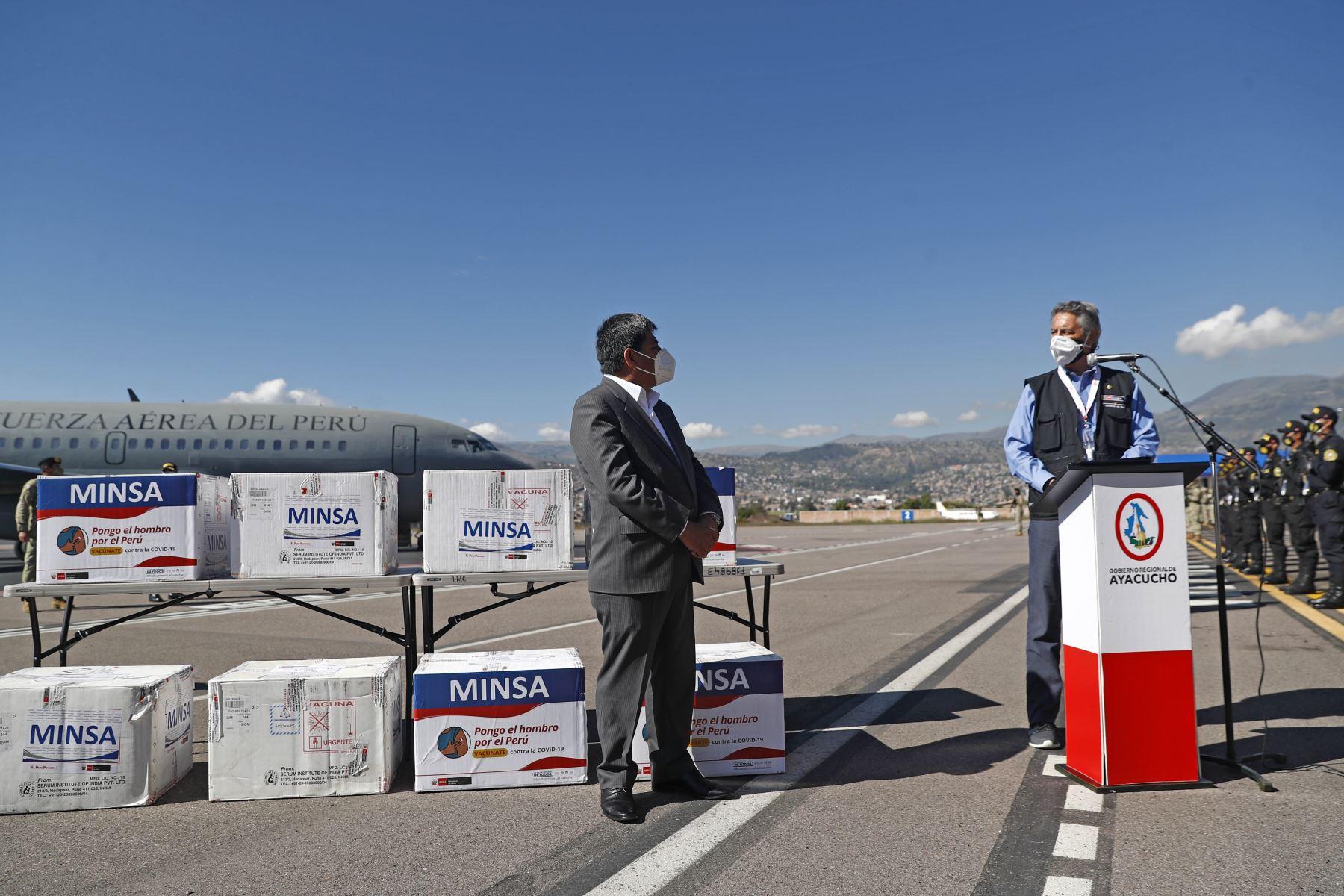 El presidente Francisco Sagasti llegó esta mañana a la región Ayacucho, a fin de entregar 44,350 vacunas contra la covid-19 para inmunizar a los adultos mayores de esta jurisdicción. Foto: Presidencia