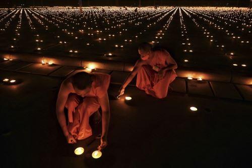 Tailandia: monjes budistas encienden 330.000 velas por el Día Mundial de la Tierra