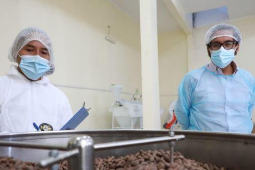 Ministro de Producción visita empresas sostenibles con el medio ambiente en Ayacucho