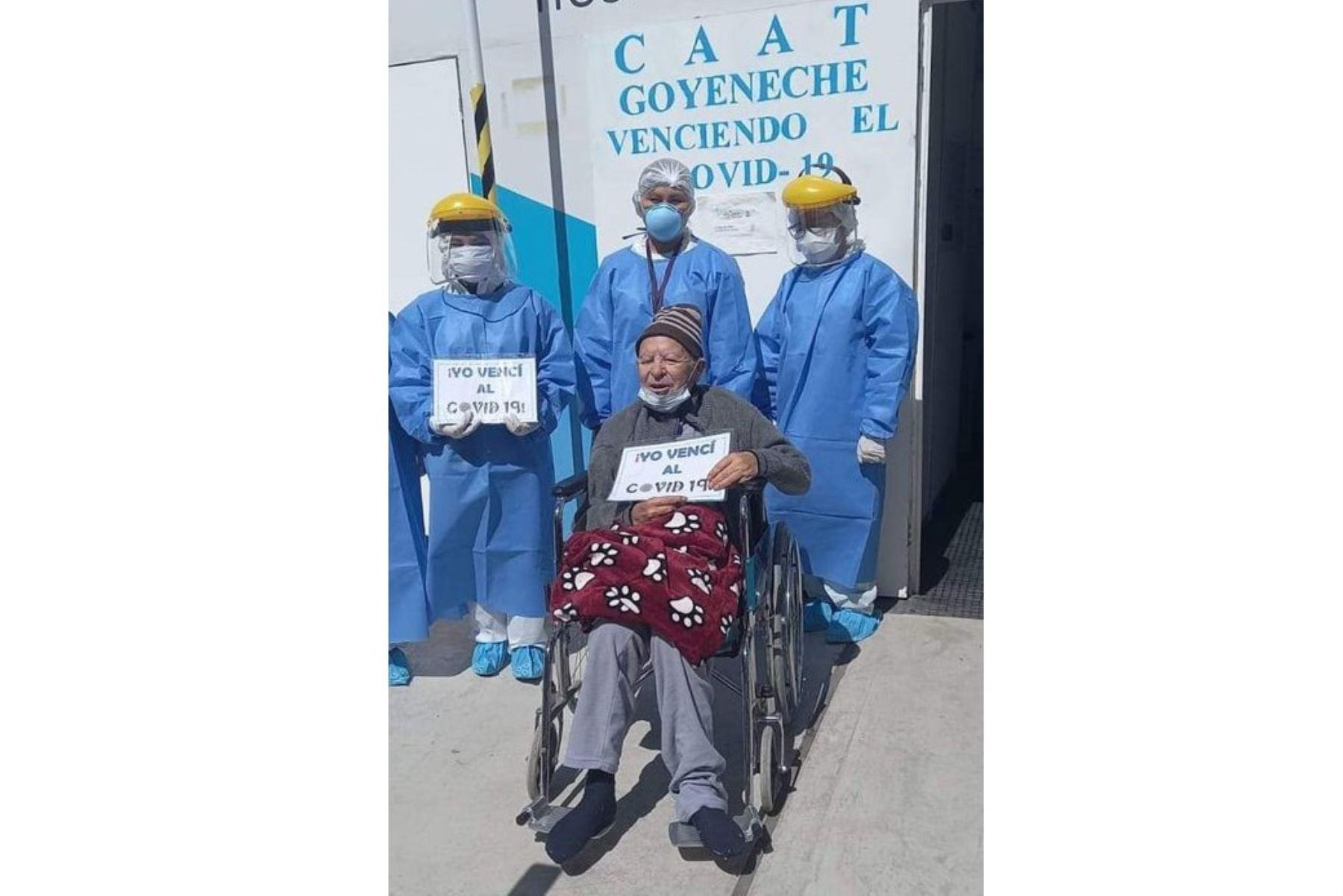 Don Félix García recibe el alta médica en el CAAT del hospital Goyeneche, en Arequipa, tras superar el covid-19.