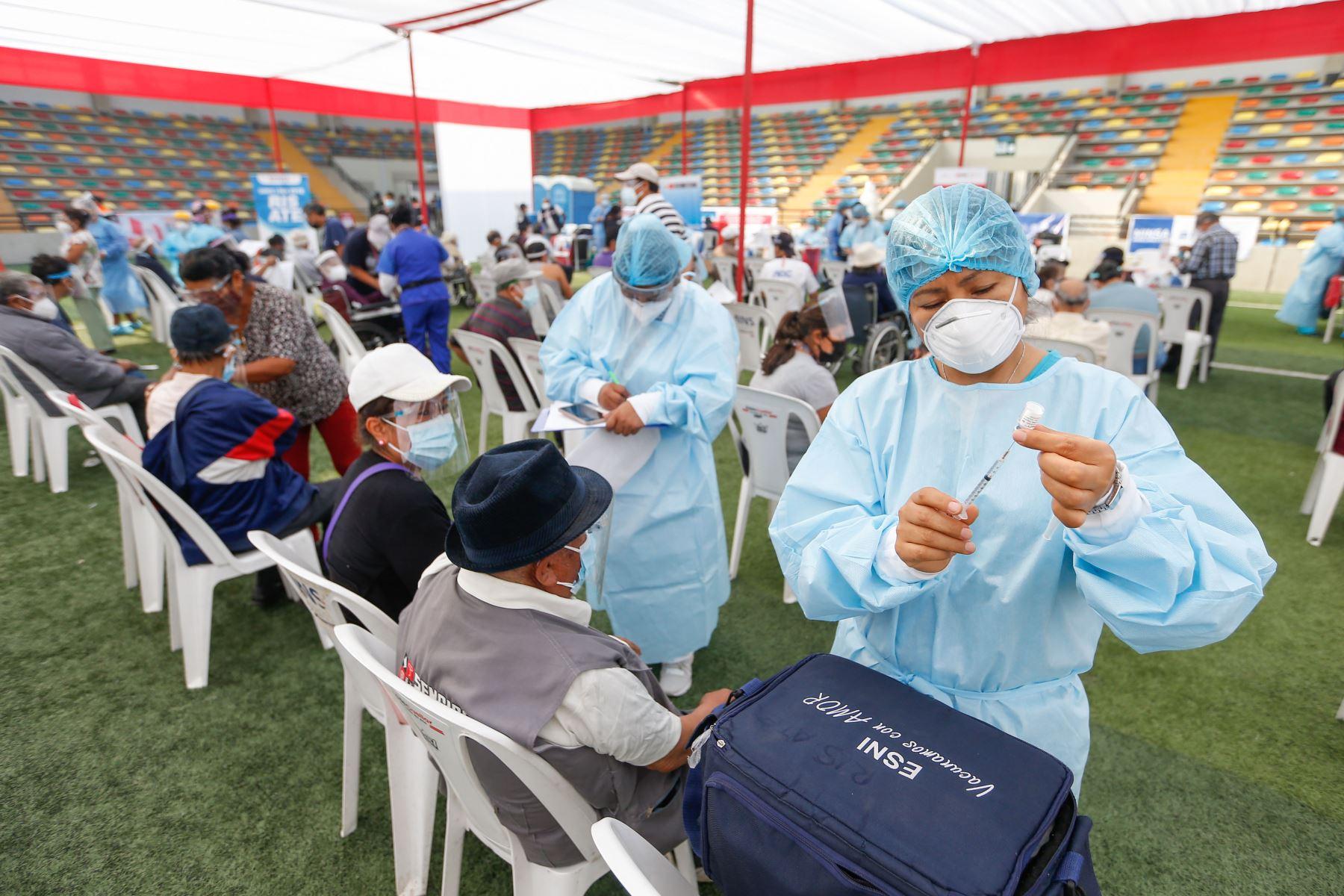 Ministro de Salud informa que con adultos mayores de 70 años se está ampliando capacidad de inmunización. Foto: ANDINA/Difusión