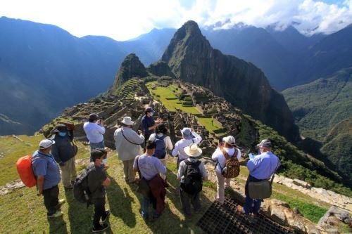 Desde este lunes 10 de mayo, la ciudadela inca de Machu Picchu volverá a recibir 897 visitantes al día, equivalente al 40% de su aforo máximo, de lunes a domingo, según establecen las nuevas disposiciones del Ejecutivo para el ingreso a los monumentos arqueológicos ubicados en provincias con nivel de alerta muy alto de contagio frente a la covid-19. Foto: AFP