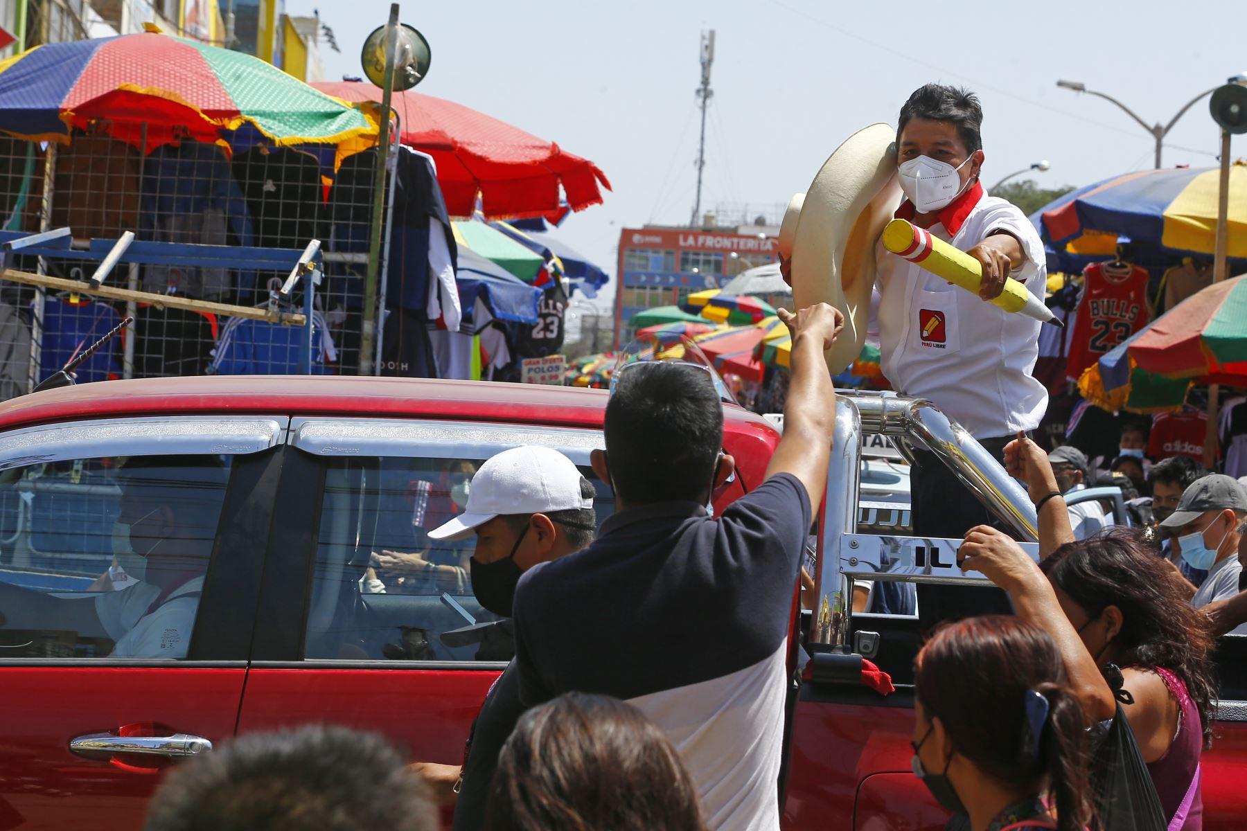 Caravana del candidato Pedro Castillo por calles y mercados del distrito José Leonardo Ortiz en la ciudad de Chiclayo, como parte de su agenda en la región de Lambayeque. Foto: ANDINA/Andrés Valle