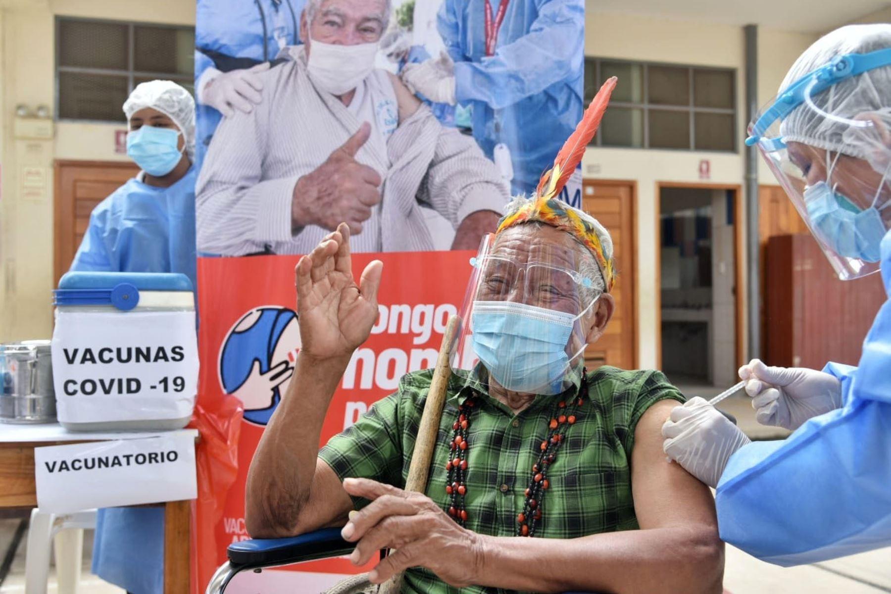 El líder indígena del pueblo Harakbut Antonio Sueyo, de 82 años, fue uno de los primeros en recibir la primera dosis de la vacuna contra el covid-19 en Madre de Dios.  Foto: Gore Madre de Dios