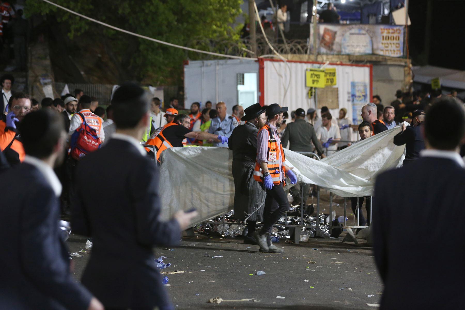 Funcionarios de seguridad y rescatistas israelíes inspeccionan los cadáveres de decenas de judíos ultraortodoxos durante Lag Ba