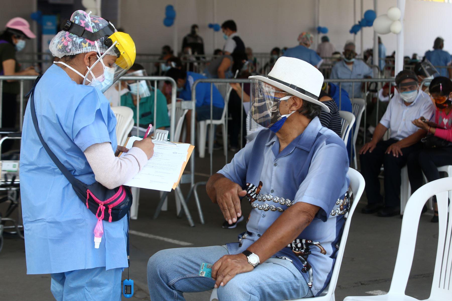 Continúa el proceso de inmunización contra la covid-19 a los adultos mayores de 70 años, que viene desarrollándose en el marco de la estrategia gubernamental de vacunación territorial universal en Plaza Norte de Independencia.  Foto: ANDINA/Vidal Tarqui
