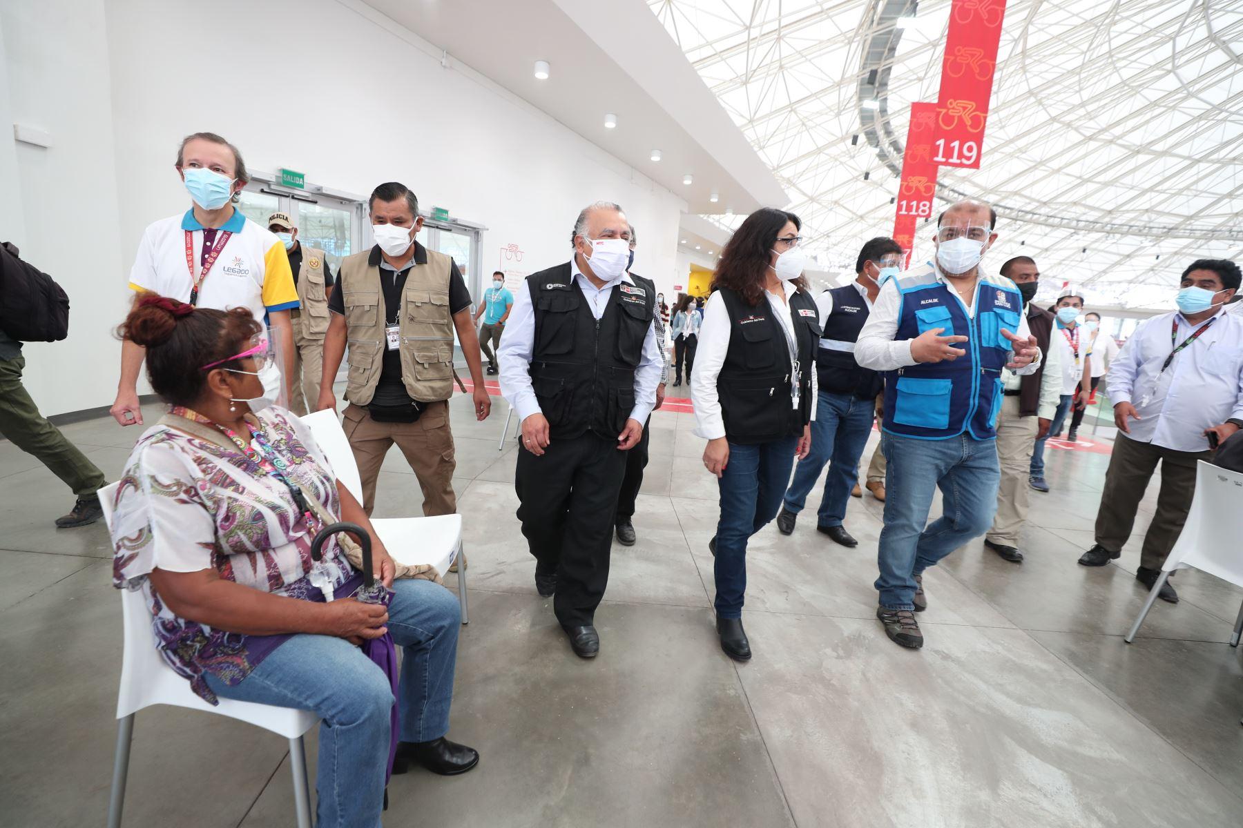La presidenta del Consejo de Ministros, Violeta Bermúdez  y  el ministro de Salud, Oscar Ugarte supervisan el proceso de vacunación a adultos mayores de 70 años en el vacunatorio instalado en el Estadio Monumental de Ate y en la Videna. Foto: PCM