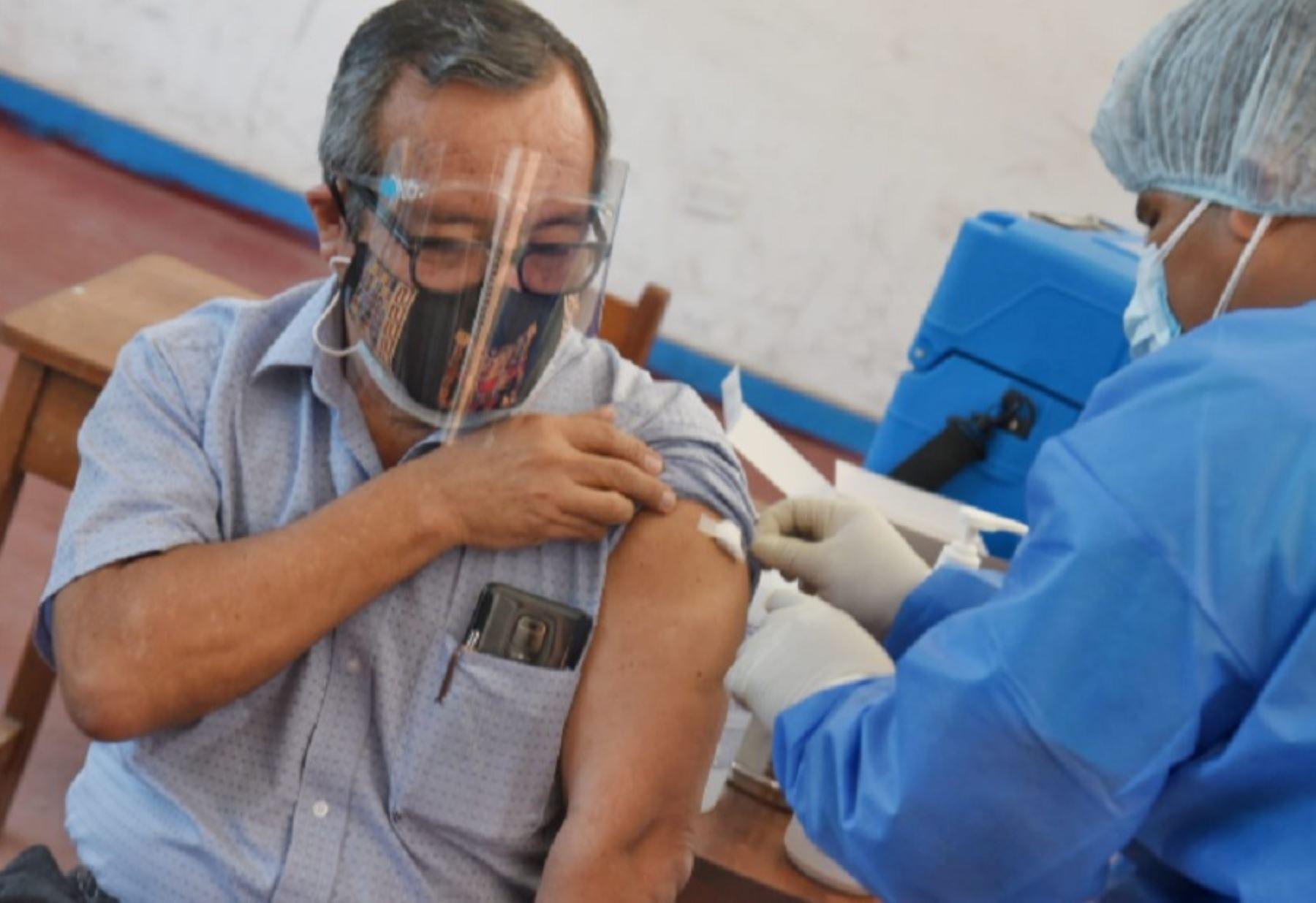 En la vacunación de hoy fue inoculado el gobernador regional, Luis Hidalgo, por pertenecer al grupo de profesionales de la salud. La autoridad regional sostuvo que su inmunización se dio en estricto cumplimiento del cronograma establecido por las autoridades sanitarias.
