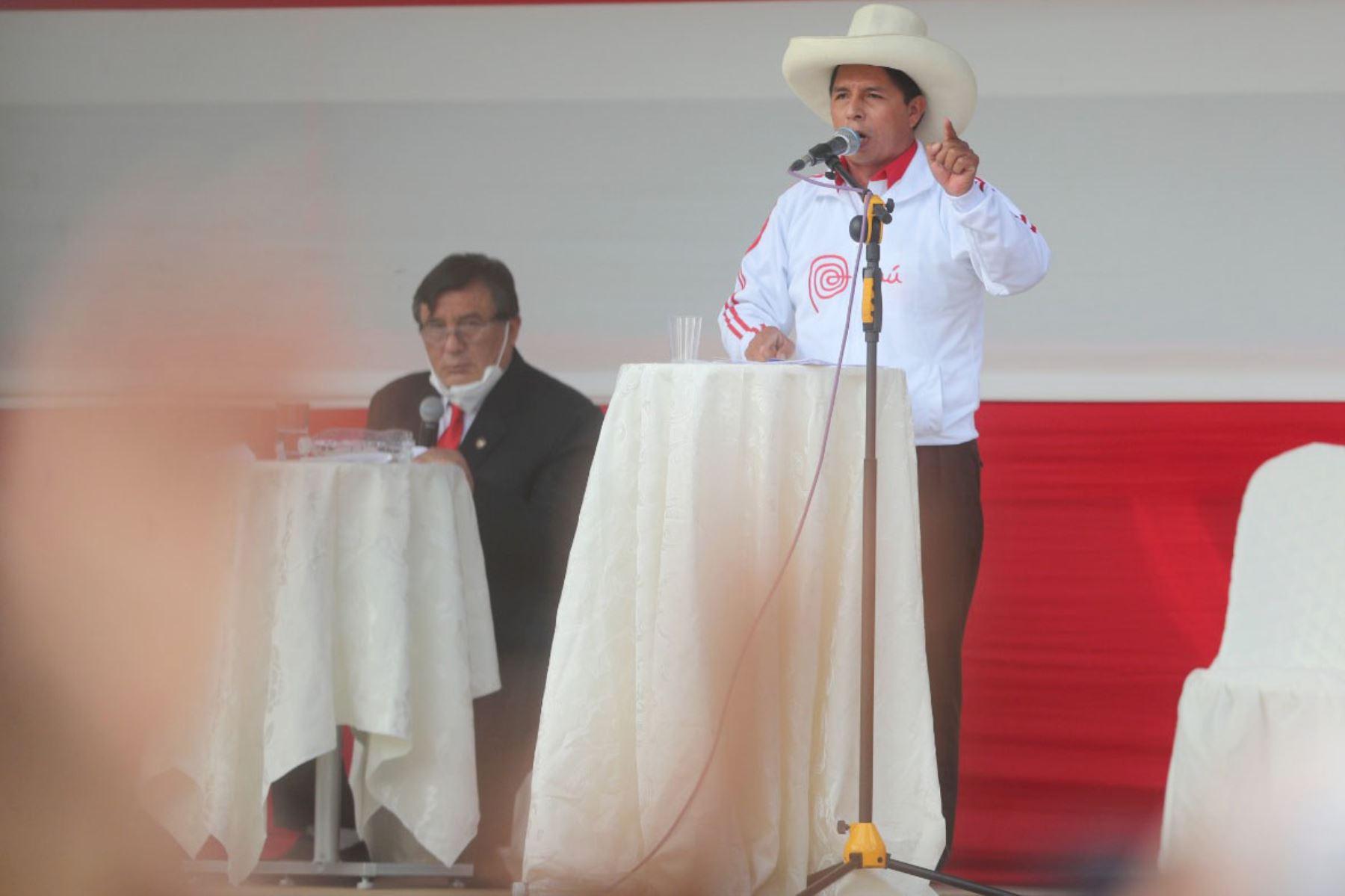 Los candidatos presidenciales Keiko Fujimori y Pedro Castillo debaten hoy en la plaza de armas de Chota, Cajamarca. Foto: ANDINA/Carla Patiño Ramírez