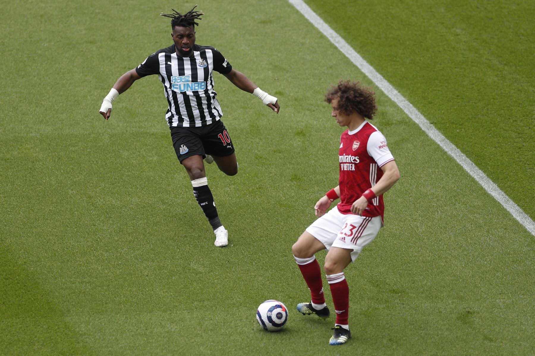 El centrocampista francés del Newcastle United Allan Saint-Maximin compite con el defensor brasileño del Arsenal David Luiz  durante el partido de fútbol de la Premier League inglesa entre el Newcastle United y el Arsenal. Foto: AFP