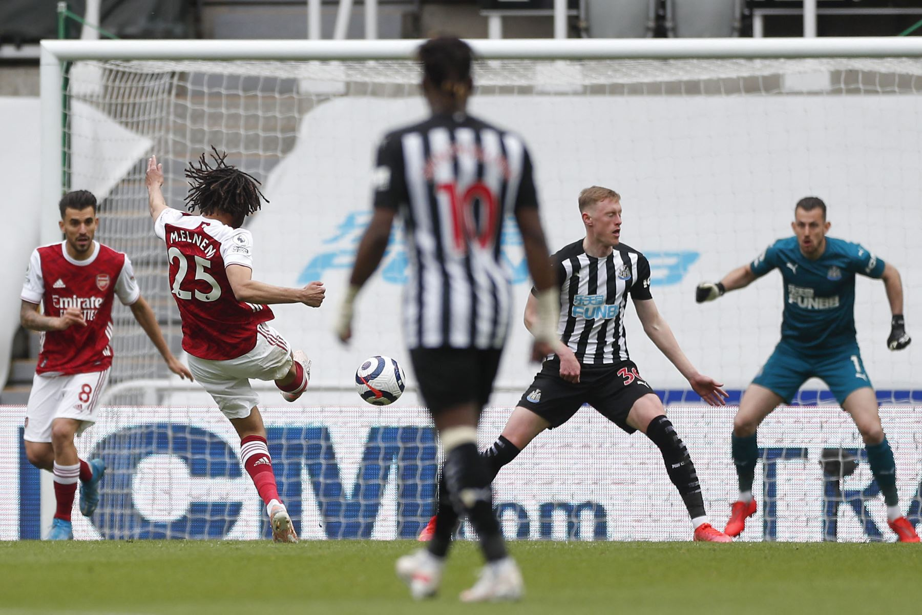 El mediocampista egipcio del Arsenal Mohamed Elneny  anota el primer gol de su equipo durante el partido de fútbol de la Premier League inglesa entre el Newcastle United y el Arsenal. Foto: AFP
