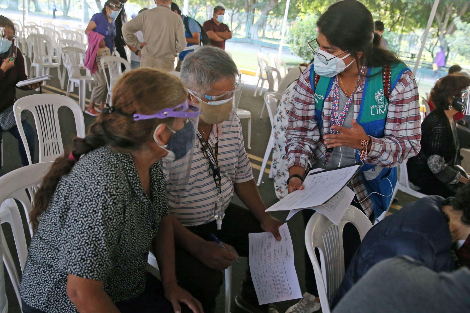 Continúa el proceso de inmunización contra la covid-19 a los adultos mayores de 70 años, que viene desarrollándose en el marco de la estrategia gubernamental de vacunación territorial universal en Campo de Marte.  Foto: ANDINA/Vidal Tarqui