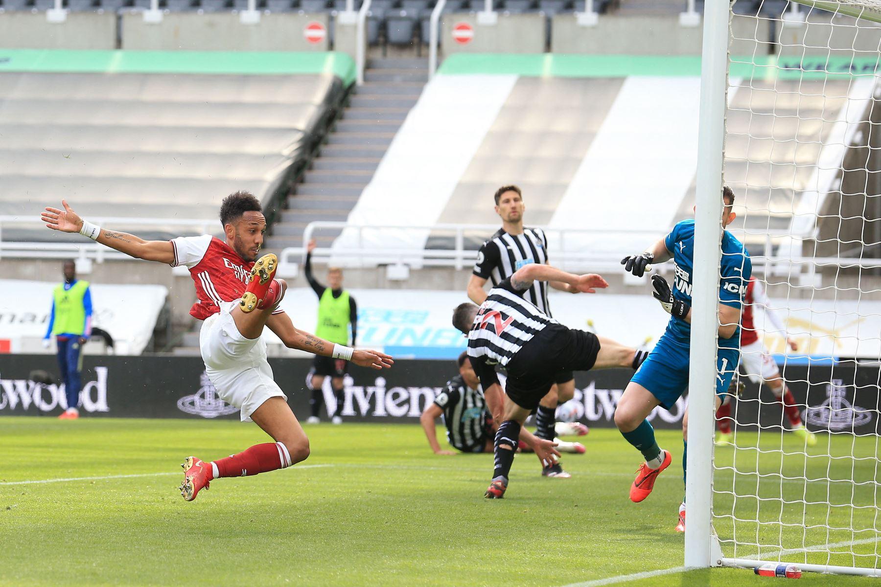 El delantero gabonés del Arsenal Pierre-Emerick Aubameyang anota el segundo gol de su equipo durante el partido de fútbol de la Premier League inglesa entre el Newcastle United y el Arsenal. Foto: AFP