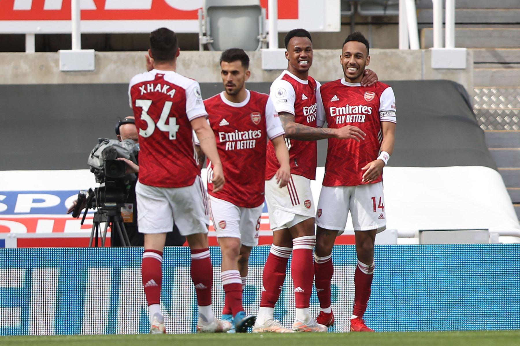 El delantero gabonés del Arsenal Pierre-Emerick Aubameyang celebra anotar el segundo gol de su equipo con sus compañeros durante el partido de fútbol de la Premier League inglesa entre el Newcastle United y el Arsenal. Foto: AFP