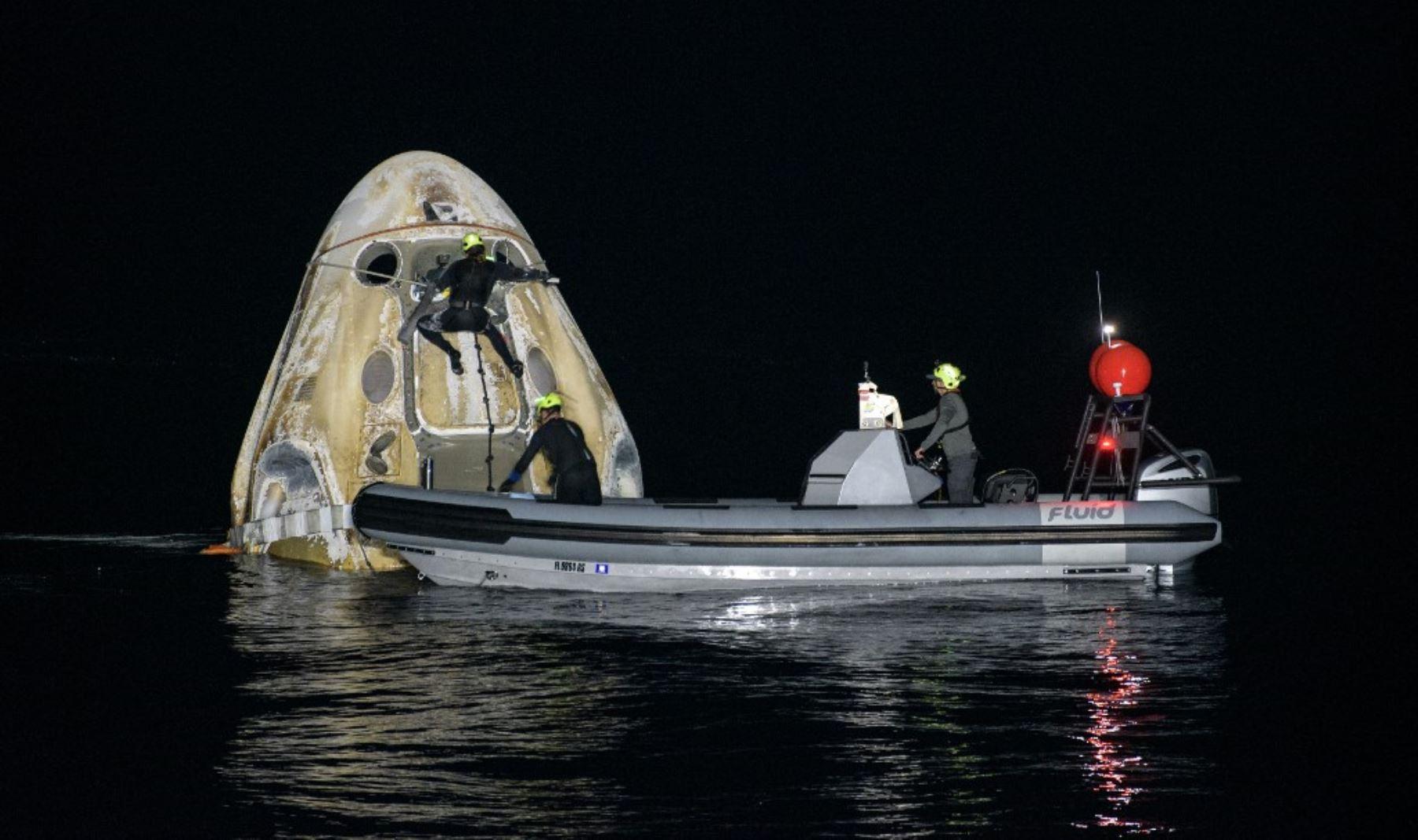 Foto de la NASA muestra a los equipos de apoyo que trabajan alrededor de la nave espacial SpaceX Crew Dragon Resilience poco después de que aterrizara con los astronautas de la NASA Mike Hopkins, Shannon Walker, Foto; NASA