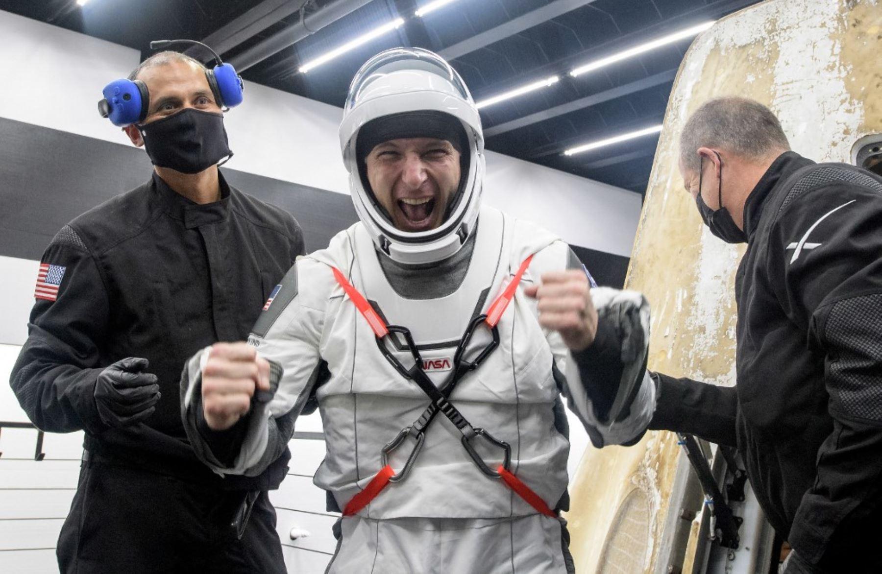 El astronauta de la NASA Mike Hopkins (C) reaccionando mientras lo ayudan a salir de la nave espacial SpaceX Crew Dragon Resilience a bordo de la nave de recuperación SpaceX GO Navigator. Foto: NASA