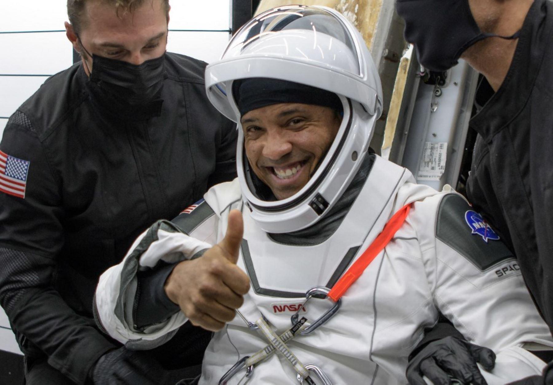 El astronauta de la NASA,Victor Glover siendo ayudado a salir de la nave espacial SpaceX Crew Dragon Resilience a bordo del SpaceX GO Navigator. Foto: NASA