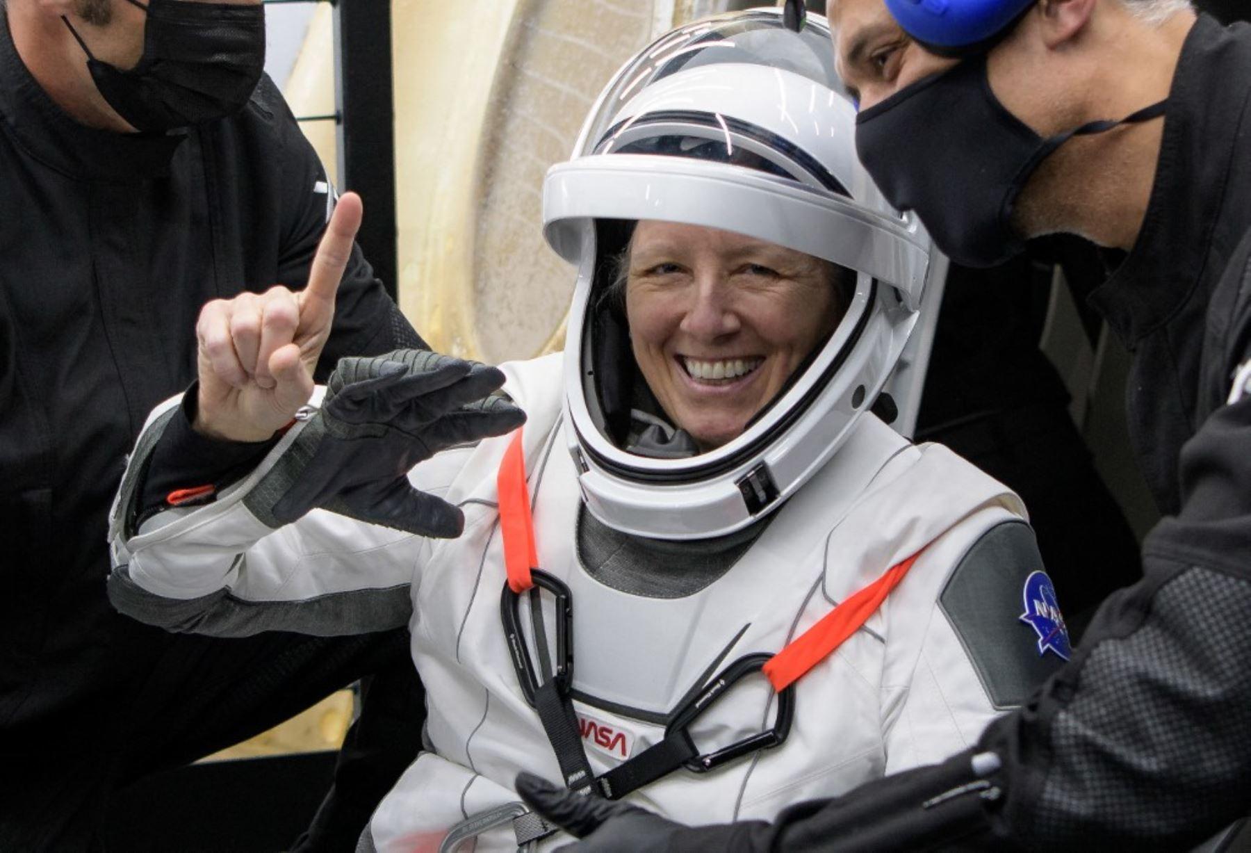 El astronauta de la NASA, Shannon Walker siendo ayudada a salir de la nave espacial SpaceX Crew Dragon Resilience a bordo del SpaceX GO Navigator. Foto: NASA
