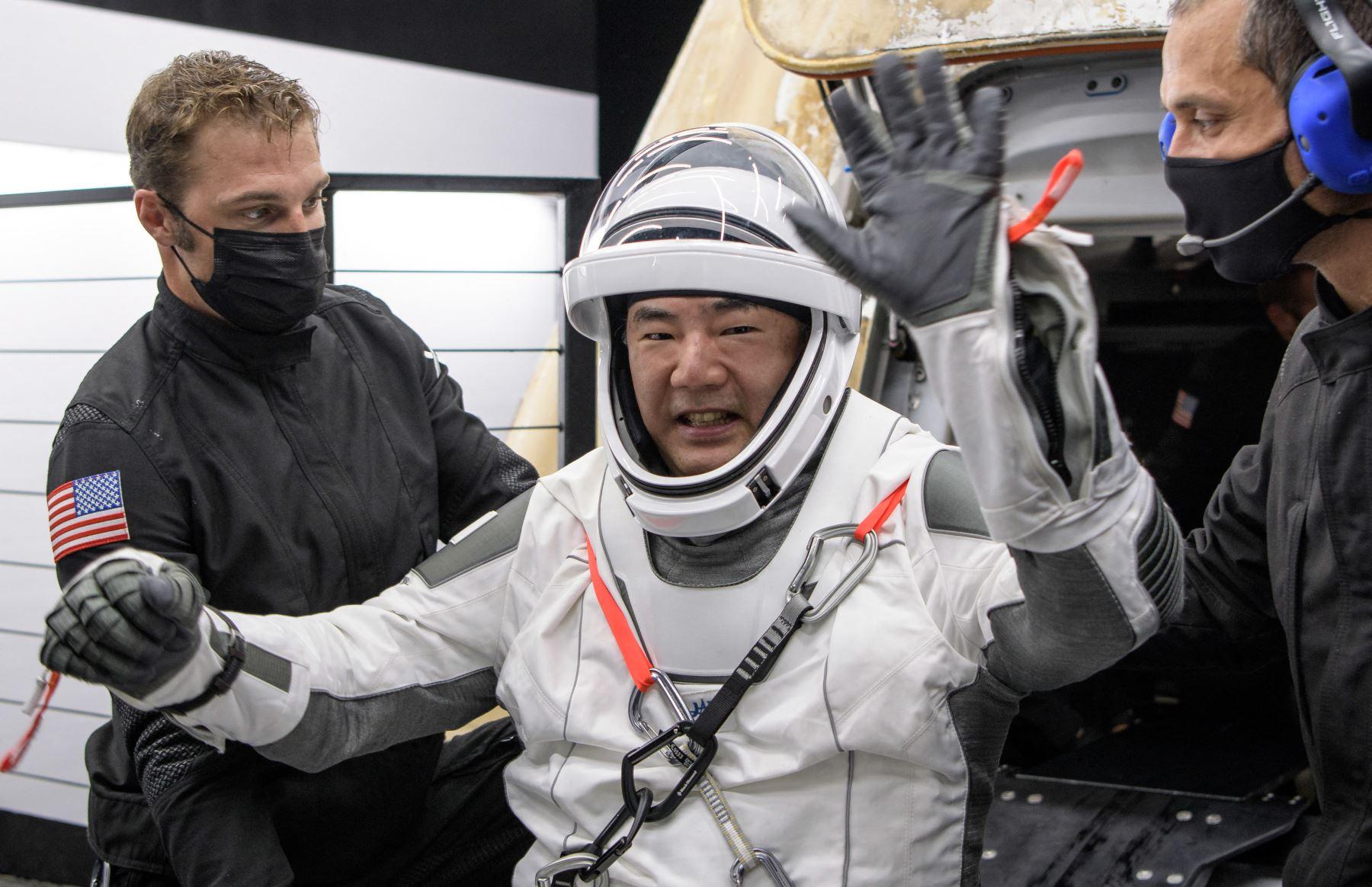 El astronauta de la Agencia de Exploración Aeroespacial de Japón (JAXA), Soichi Noguchi, ayudado a salir de la nave espacial SpaceX Crew Dragon Resilience a bordo del SpaceX GO Navigator. Foto: NASA