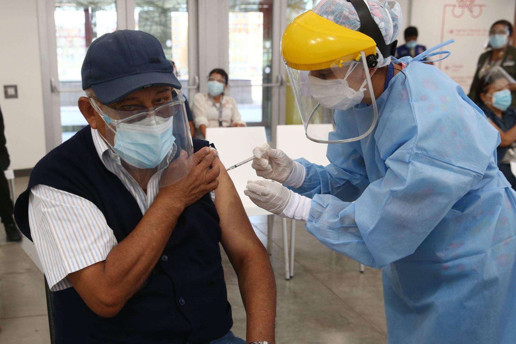 Continúa el proceso de inmunización contra la covid-19 a los adultos mayores de 70 años, que viene desarrollándose en el marco de la estrategia gubernamental de vacunación territorial universal en la Videna de San Luis. Foto: ANDINA/Vidal Tarqui