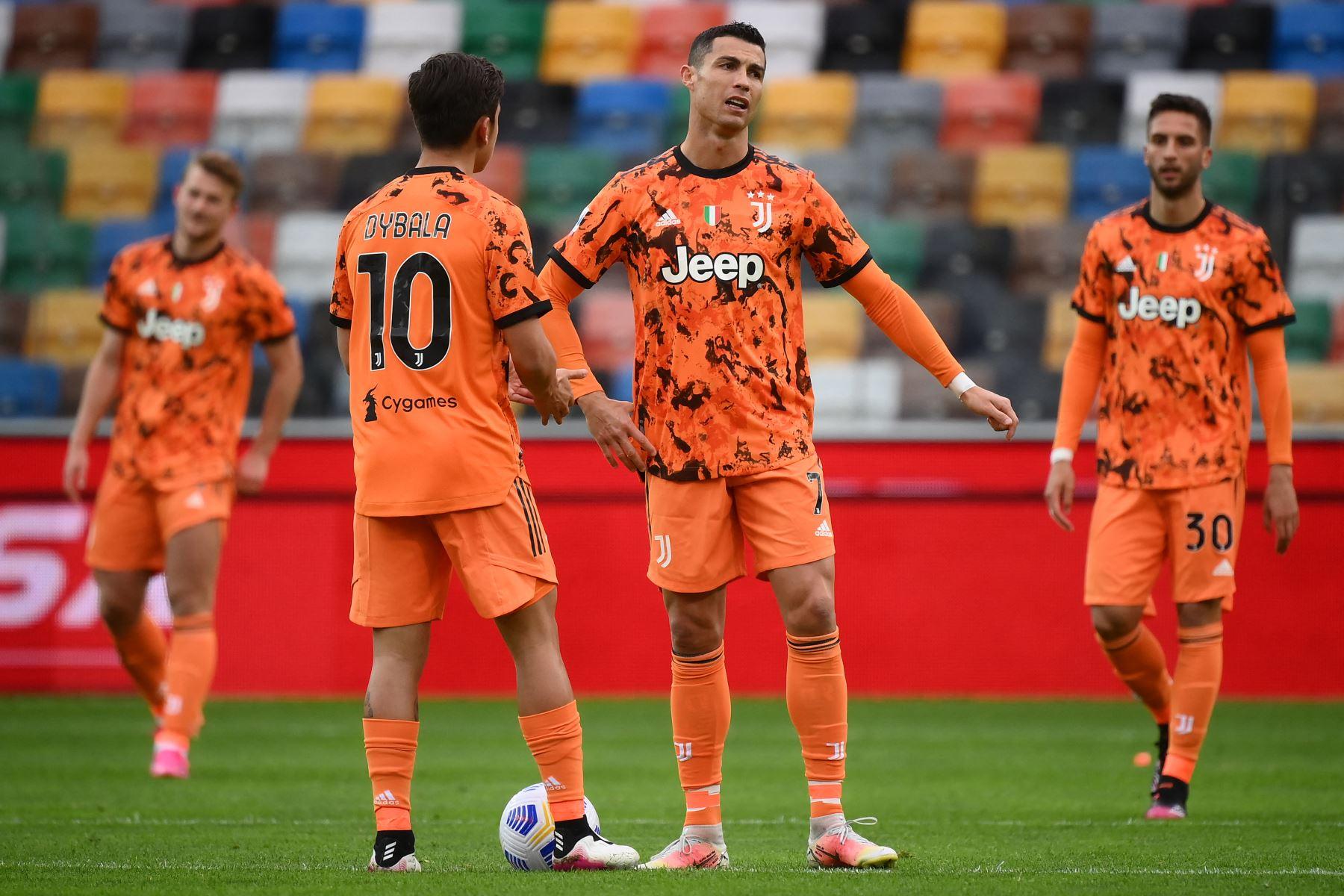 El delantero portugués de la Juventus, Cristiano Ronaldo , reacciona mientras habla con el delantero argentino de la Juventus, Paulo Dybala, durante el partido de fútbol de la Serie A italiana entre el Udinese y la Juventus. Foto: AFP