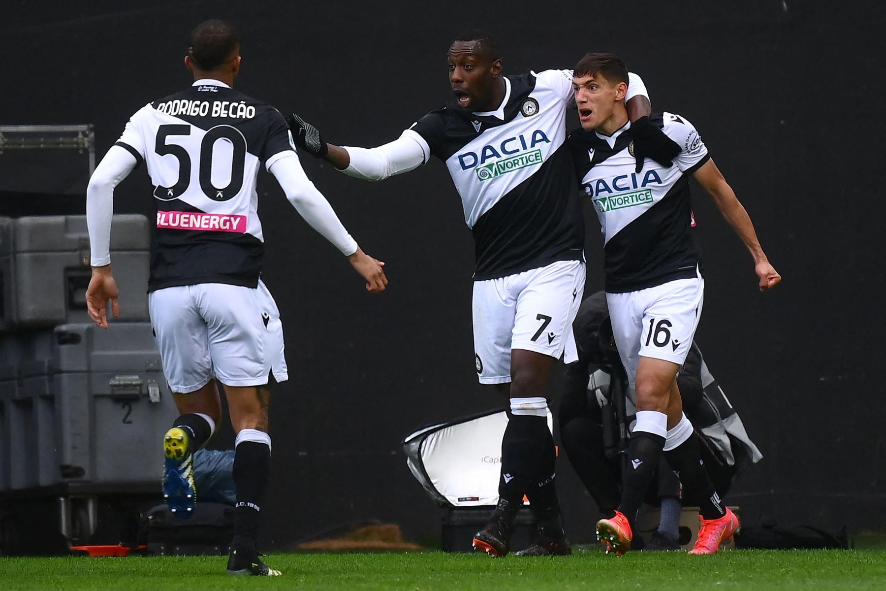 El centrocampista uruguayo del Udinese Nahuel Molina  celebra con su compañero el delantero italiano del Udinese Stefano Okaka después de marcar un gol durante el partido de fútbol de la Serie A italiana entre el Udinese y la Juventus. Foto: AFP