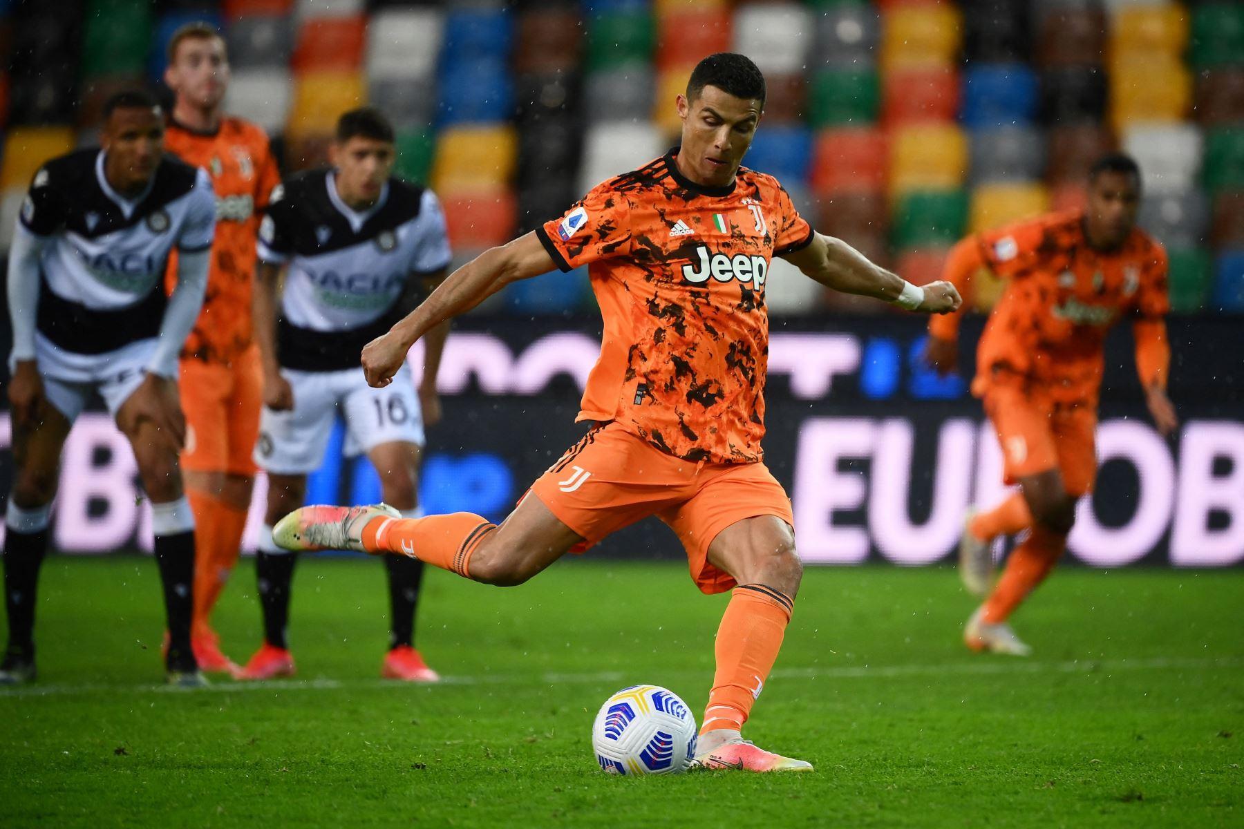El delantero portugués de la Juventus, Cristiano Ronaldo, marca un gol durante el partido de fútbol de la Serie A italiana entre el Udinese y la Juventus. Foto: AFP