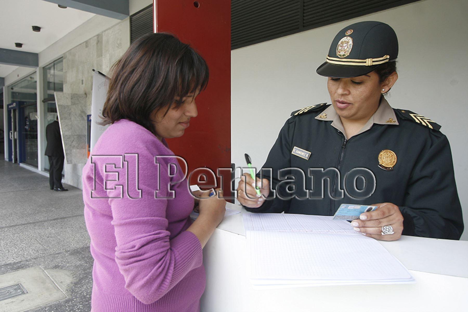 Lima – 29 setiembre 2008 / Programa Protégeme, brinda resguardo, para evitar asaltos a clientes de Bancos. una integrante de la policía femenina, toma datos personales a señora, que solicita servicio. Foto: Archivo EL PERUANO