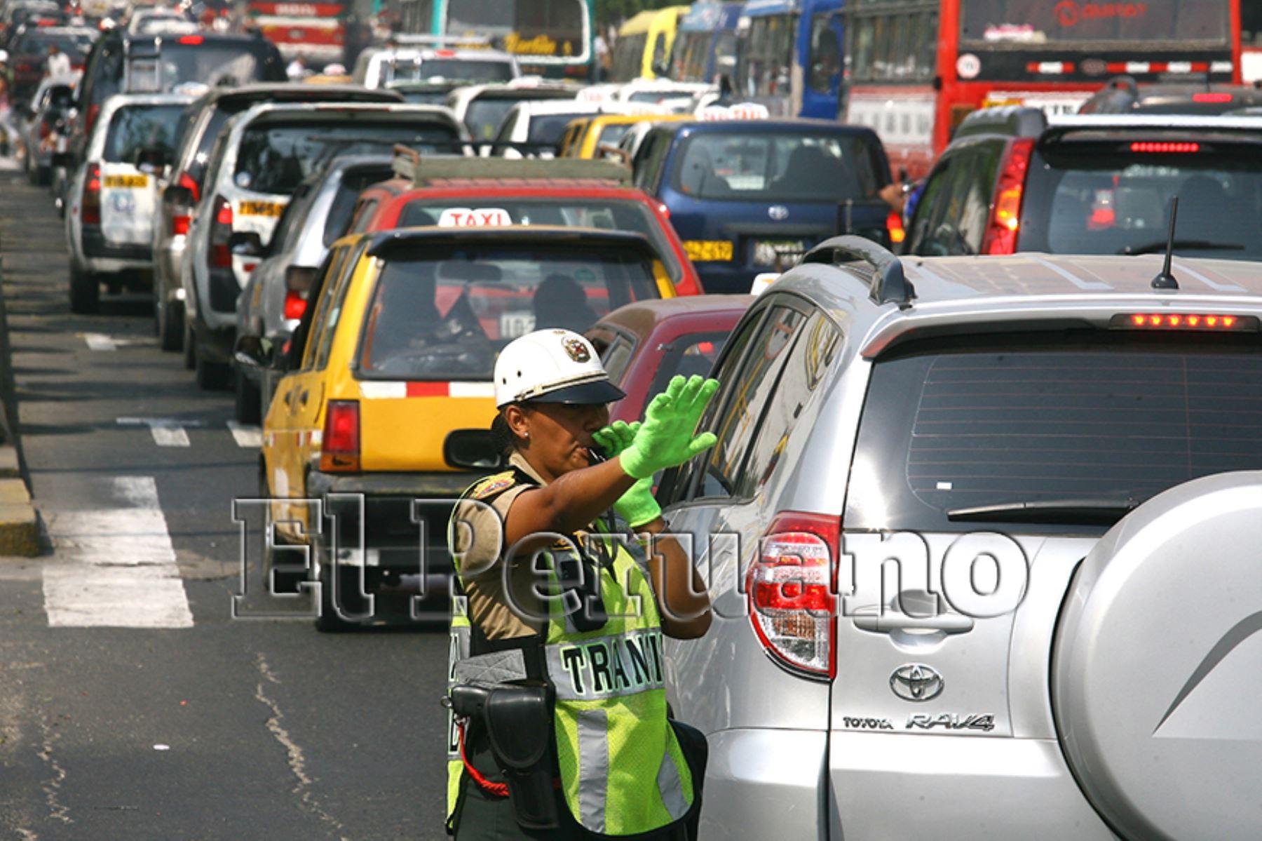 Lima – 23 marzo 2011 / Mujer policía dirigiendo el tránsito, en la avenida Abancay.  Foto: Archivo EL PERUANO