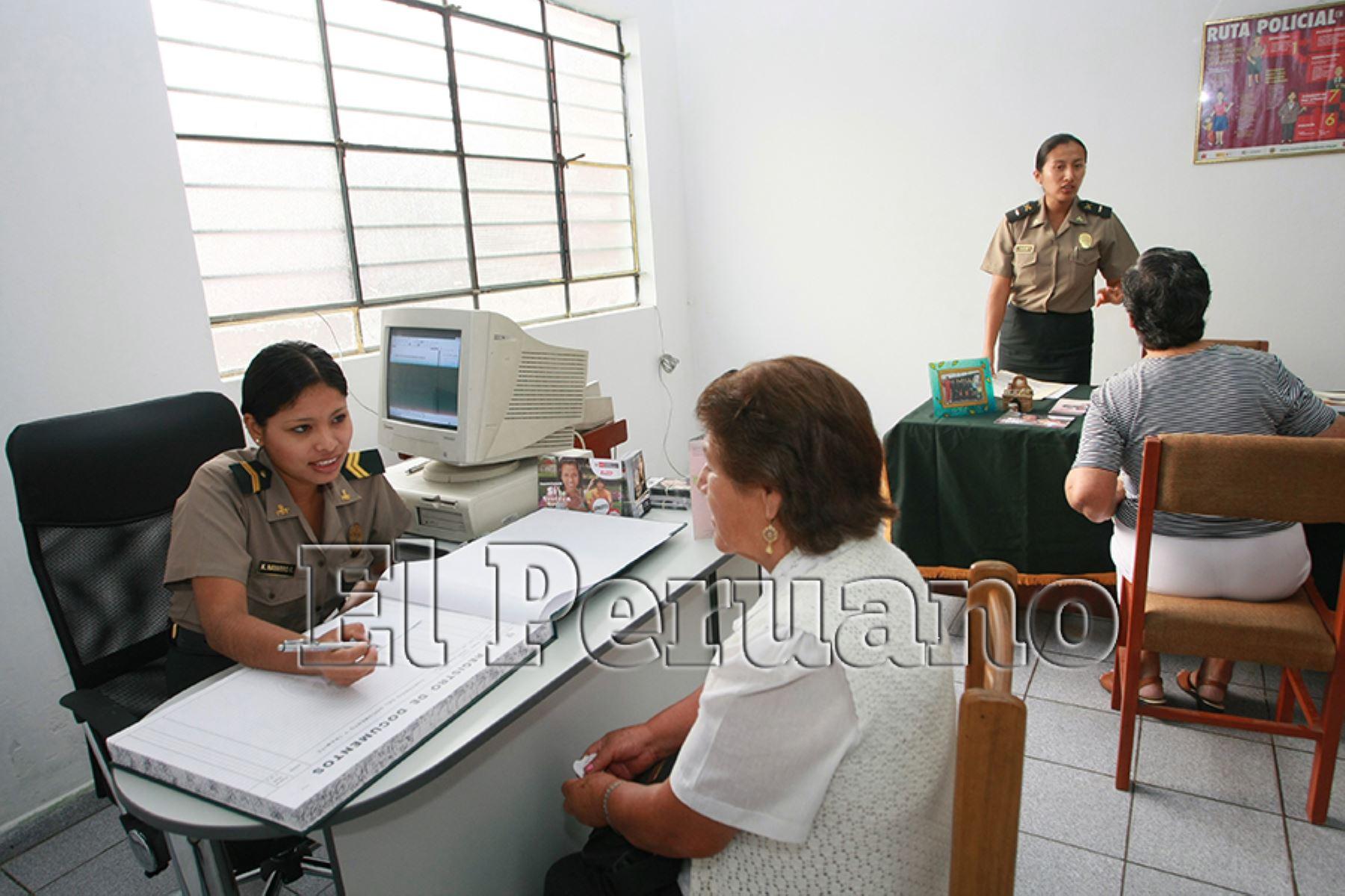 Lima – 08 marzo 2011 / Inauguración de la Comisaría de Mujeres de San Juan de Miraflores, integrantes de la policía femenina de la PNP, brindan atención.  Foto: Archivo EL PERUANO