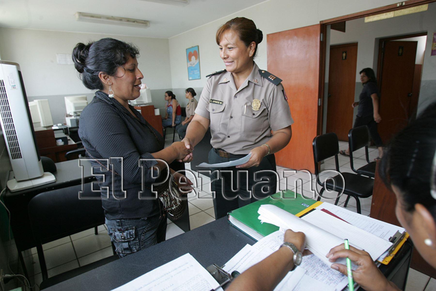 Lima – 23 febrero 2006 / Carmen Aponte, capitán de la PNP, a cargo de la comisaría de mujeres de Villa El Salvador.  Foto: Archivo EL PERUANO