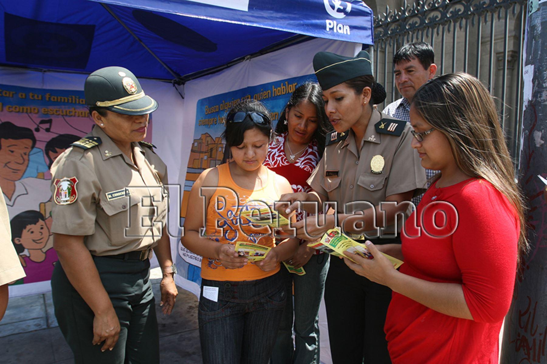 Lima – 01 abril 2010 / Campaña de orientación, contra la violencia familiar, mujeres policías PNP, orientan a la ciudadanía.  Foto: Archivo EL PERUANO